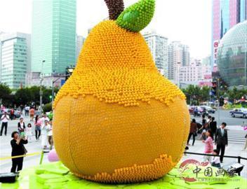 """上海""""鸭梨""""由万只小黄鸭组成 不少被游客拔走"""