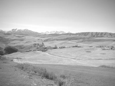 从疏勒古城南望天山雪峰,古城身后,是春耕期间的农田。
