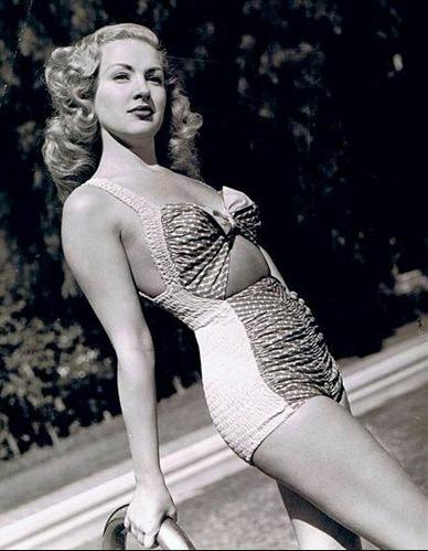 1943年的战争募捐中,她的一只长筒尼龙袜就筹集到了4万美金。