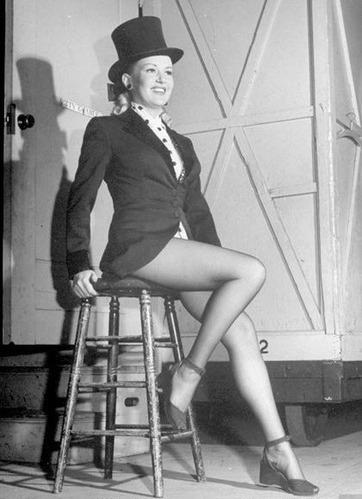 当年,即便是远隔重洋的中国,也到处张贴着这个女人的美腿照,她的这双腿通过银幕与画报遍及世界各个角落。