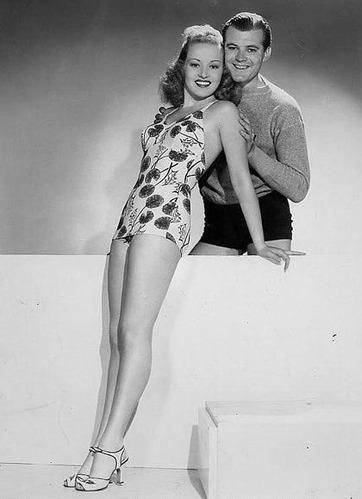 她也许没有特别的演技,也没有倾倒众生的美貌,但是她有一双玉腿便足够了。