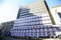 """沈阳街头现13层""""假大楼"""" 全部安装假窗户"""