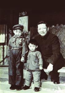 《习仲勋画传》收入习近平童年时代照片