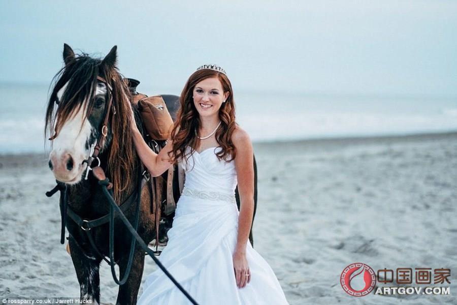 新娘骑马拍婚纱 被摔下马背脸埋沙地