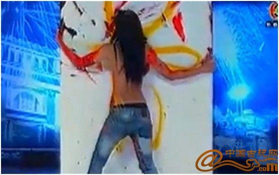 泰国女子双乳作画 男评委赞其行为艺术