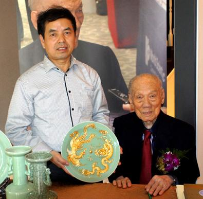刘法星的青瓷精品《龙凤盘》被新加坡开国元勋李炯才收藏