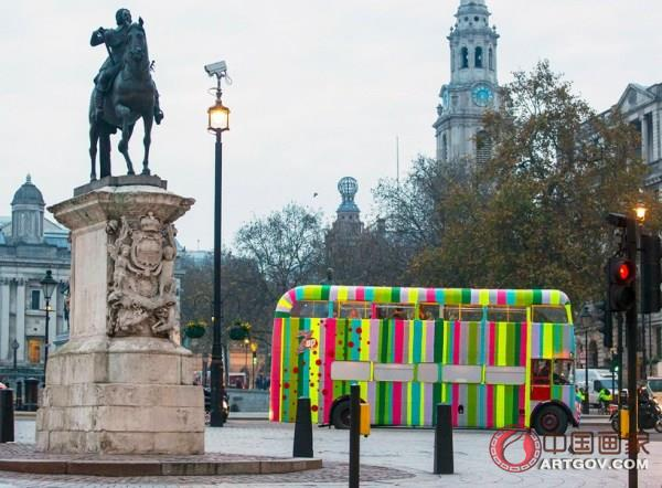 艺术家为公交车穿上了彩色毛衣