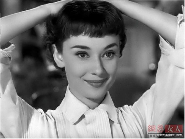赫本在《罗马假日》里俏丽的短发和白衬衫到现在都被一直捧为经典。这部电影也成就了赫本这个时尚传奇。