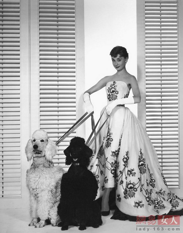 赫本在《龙凤配》里和Givenchy的再次合作让她的时尚地位达到高峰。这条蝴蝶抹胸裙美若天仙。