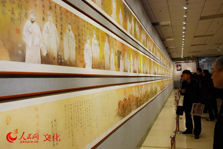画卷《图说中国书画千字文》长75米,令观众驻足观赏。(人民网 王鹤瑾 摄)