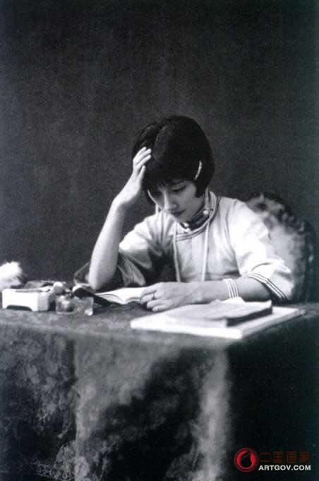 江苏武进人。1915年就读法国圣心学堂,她18岁就精通英文和法文。师从刘海栗、陈半丁、贺天健等名家。1926年与徐志摩结婚,同年参加了中国女子书画会,