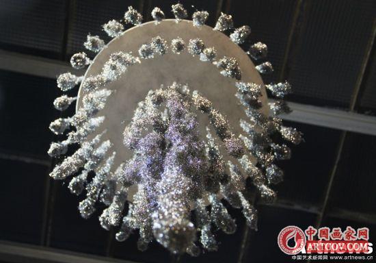 田德熙,《吊灯》材料费60欧,耗时近17小时完成作品,每小时20欧,艺术家定价为400欧,加上画廊收成的百分之五十,最终价格定为800欧。