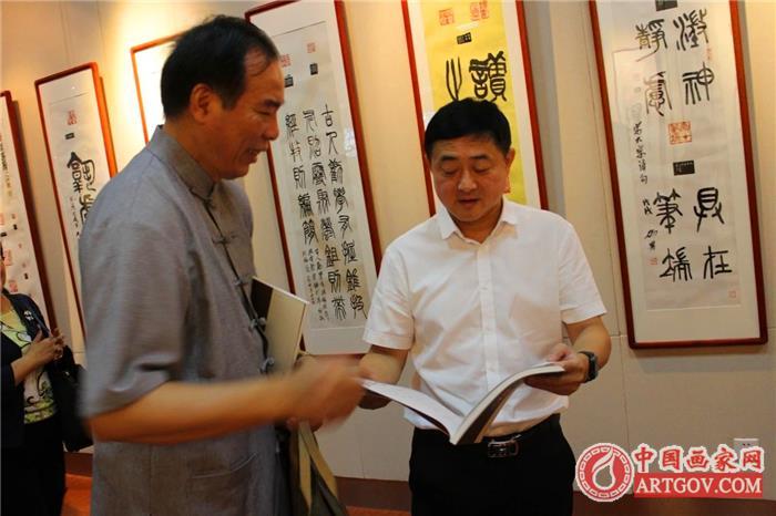 平湖市文联副主席高宏、当湖印社社长张宏向平湖市档案馆、图书馆赠送《作品集》
